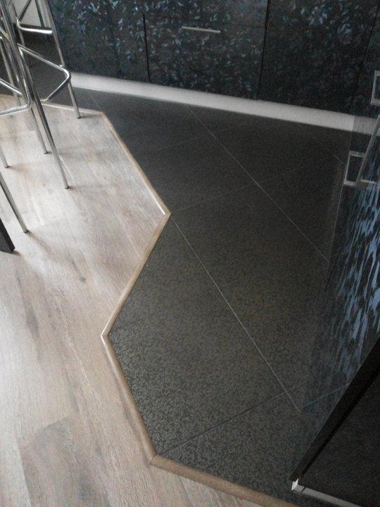 Черная плитка на полу