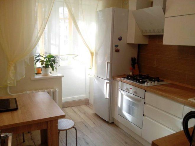 Небольшая угловая кухня 7 кв. м. с белыми глянцевыми фасадами