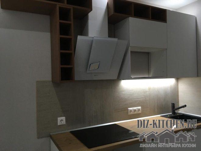 Маленькая белая ассиметричная кухня с фигурными полками
