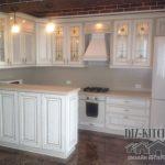 Классическая белая кухня с полуостровом и золотым патинированием
