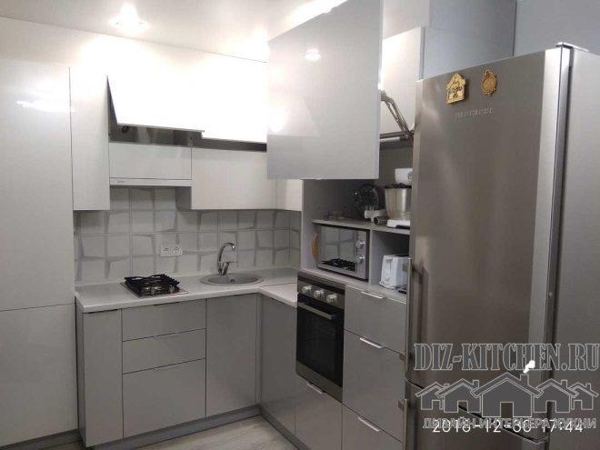 Серая кухня с глянцевыми фасадами