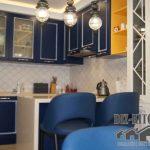 Темно-синяя кухня П-образной формы в стиле неоклассика с барной стойкой