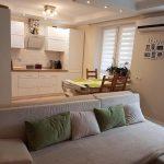 Ремонт белой кухни с зеленым декором и необычным раскладным столом
