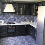 Классическая кухня-гостиная с черным гарнитуром и красивым фартуком
