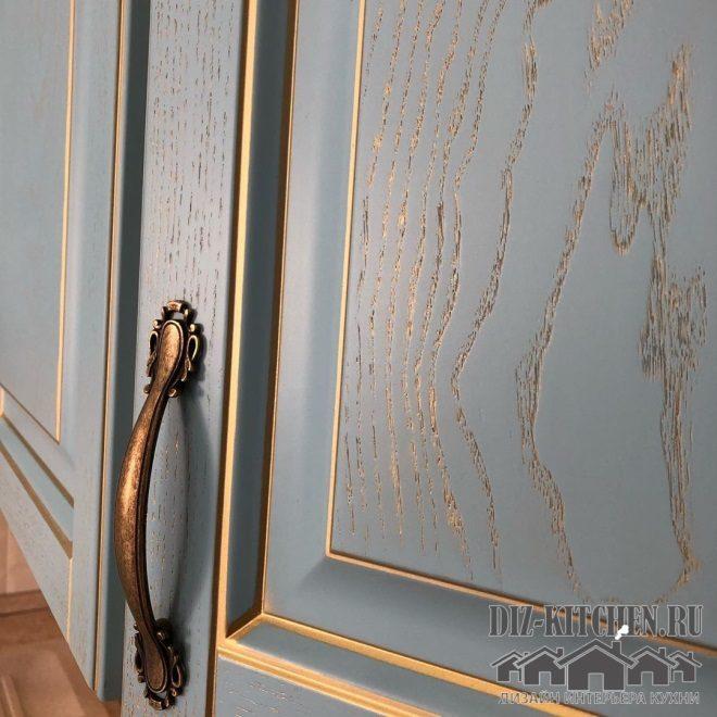 Сочетание голубых фасадов с золотой отделкой
