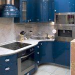 Плавная радиусная кухня синего цвета с яркими глянцевыми фасадами