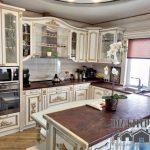 Роскошная классическая кухня в стиле барокко с островом