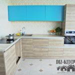 Кухня-студия из светлого дерева с голубыми секциями и высоким пеналом