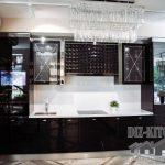Современная черная глянцевая кухня в стиле ар-деко с разноуровневыми шкафами