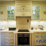 Классическая матовая кухня в нише за раздвижными дверями