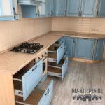 Голубая кухня в классическом стиле с золотым патированием
