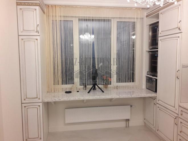 Окно с кухонными пеналами