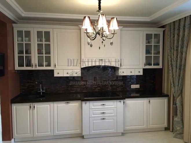 Белая кухня из МДФ с черным фартуки