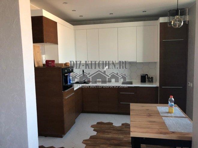 Бело-коричневая современная кухня