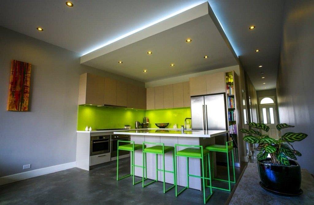 Плюсы и минусы двухуровневого потолка на кухне
