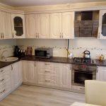 Бюджетное обустройство угловой кухни с мраморным отливом
