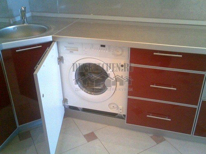 Стиральная машина в нижнем ярусе шкафов