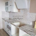 Белая современная кухня с барной стойкой