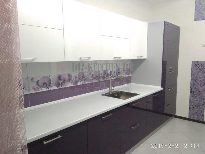 Бело-фиолетовая кухня с фасадами из пластика