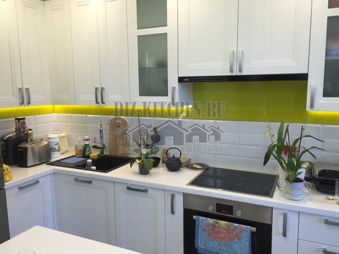Белая кухня с салатовым фартуком