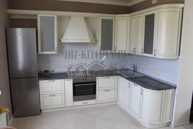 Белая классическая кухня с четной столешницей