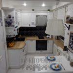 Белая классическая кухня 6 кв. м со столешницей на подоконнике