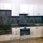 Белая кухня с большой стенной нишей в квартире-студии 25 кв. м