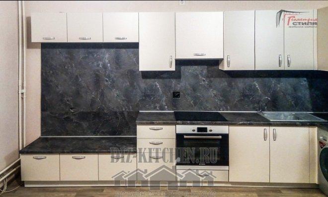 Белая кухня с низкими нижними шкафами