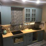 Голубая кухня в стиле кантри на площади 10 кв. м