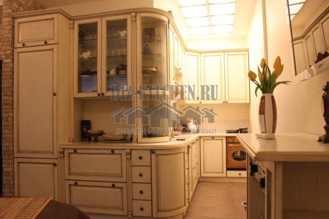 Белая классическая кухня нестандартной планировки