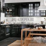 Черная классическая кухня, совмещенная с гостиной