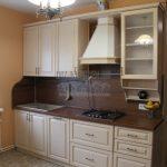 Классическая параллельная белая кухня 15 кв. м с коричневым фартуком