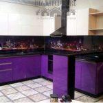 Современная фиолетовая кухня 12 кв. м с барной стойкой