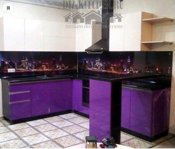 Современная фиолетовая кухня с барной стойкой