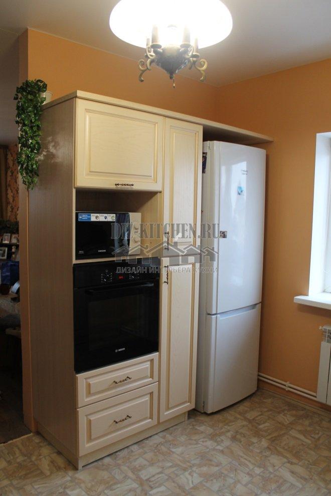 Высокий пенал в нише в холодильником и духовкой