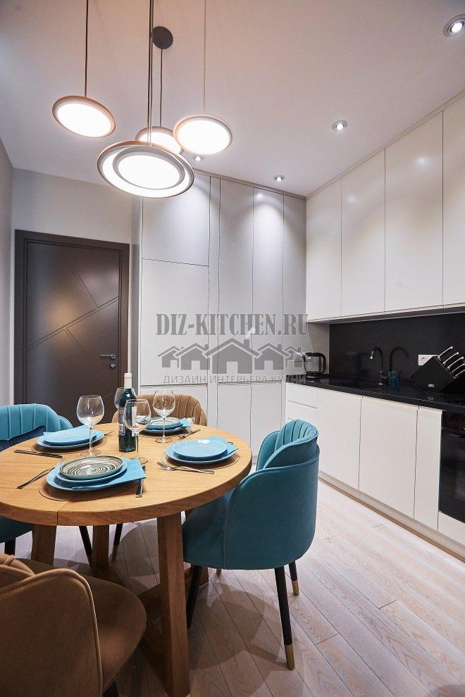 Белая современная кухня, совмещенная с гостиной
