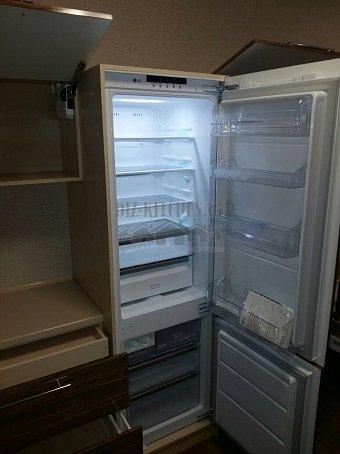 Холодильник, скрытый за пластиковыми фасадами