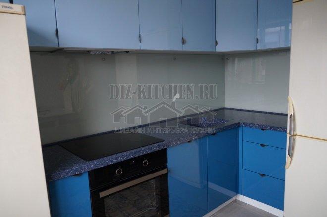 Сине-голубая глянцевая кухня