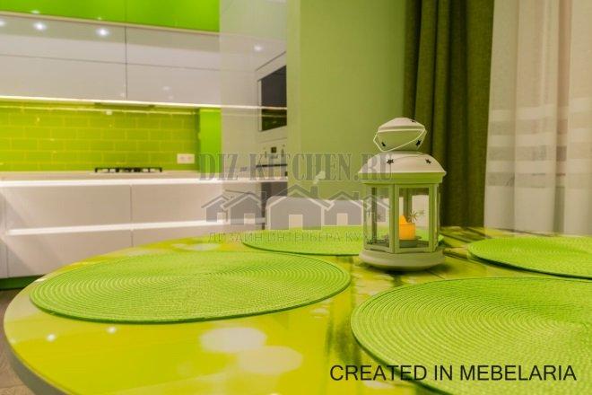 Белая глянцевая кухня с салатовым фартуком и столом