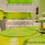 Белая глянцевая кухня с салатовым фартуком и подсветкой на площади 9 кв. м