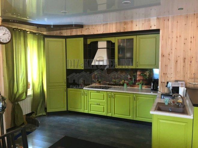 Зеленая кухня из МДФ в нише