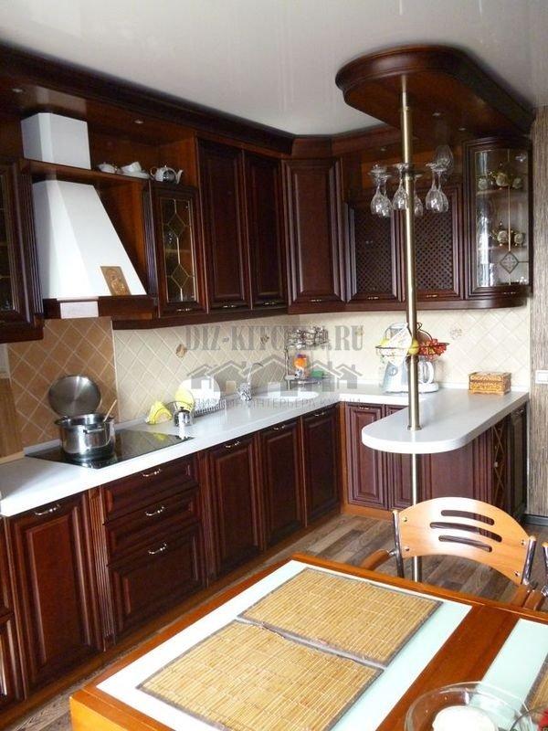 Классическая коричневая кухня из массива ясеня