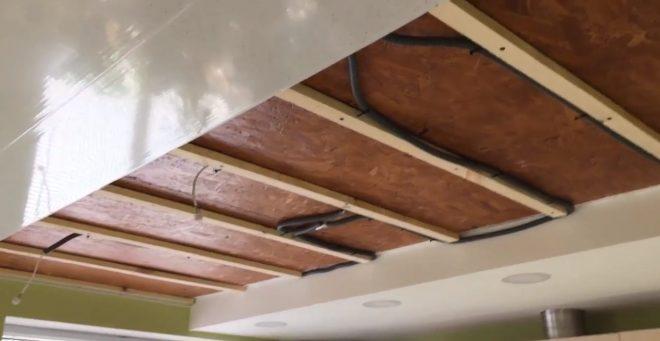 Двухуровневый потолок из пла�тиковых панелей
