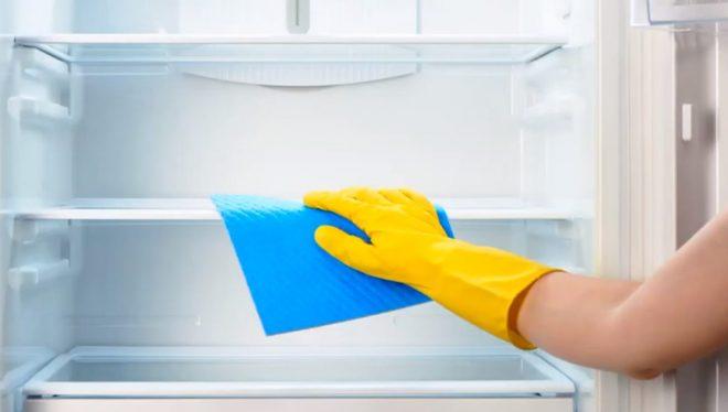 Сначала следует вымыть холодильник