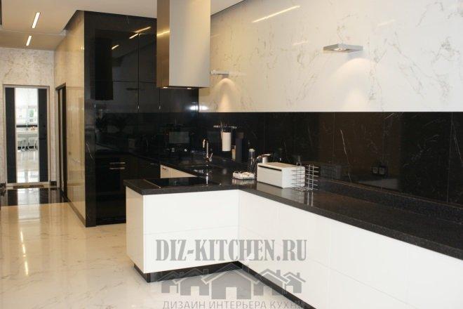 Бело-черная современная кухня без верхних фасадов