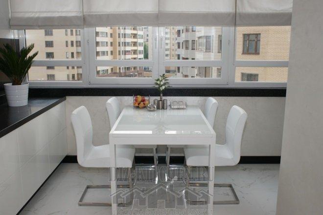 Белый обеденный стол и стулья