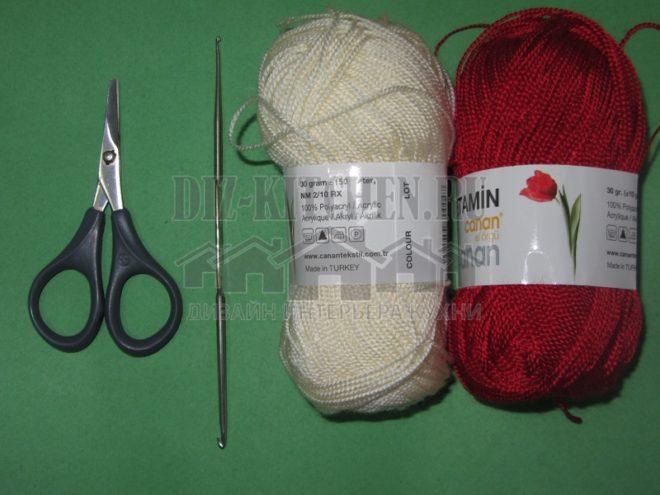 Белые нитки; Красные нитки; Крючок; Ножницы.