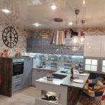 Яркая кухня из массива в стиле лофт с полуостровом