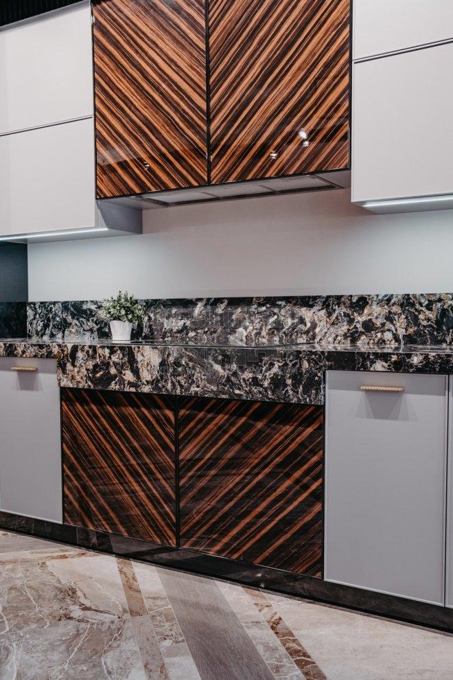 Кухня с фасадами из шпона эбенового дерева