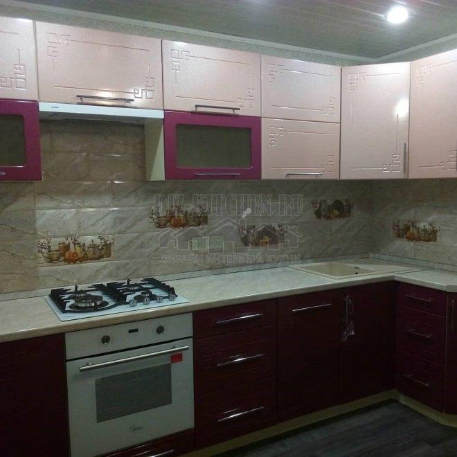 Розово-бордовая современная кухня